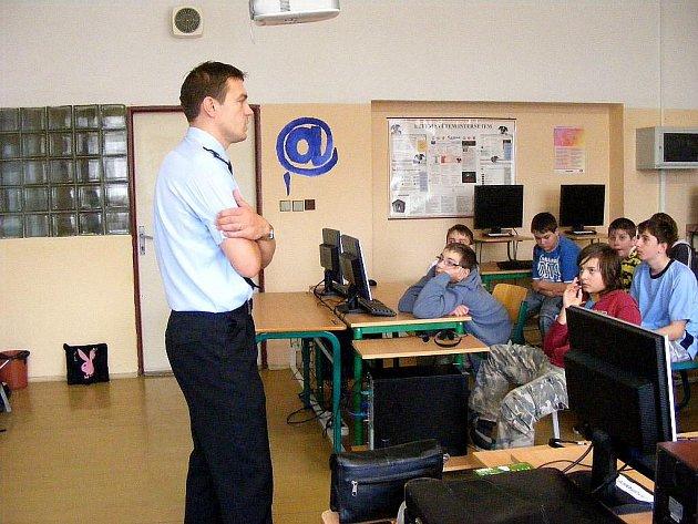 Zbyněk Tomšík navštívil také Základní školu J. A. Komenského ve Fulneku. Nedávno se na téže škole představila technika IZS.