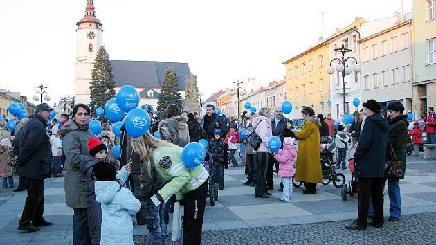 K nebi vzlétlo jen v Bílovci na pět set modrých balonků.