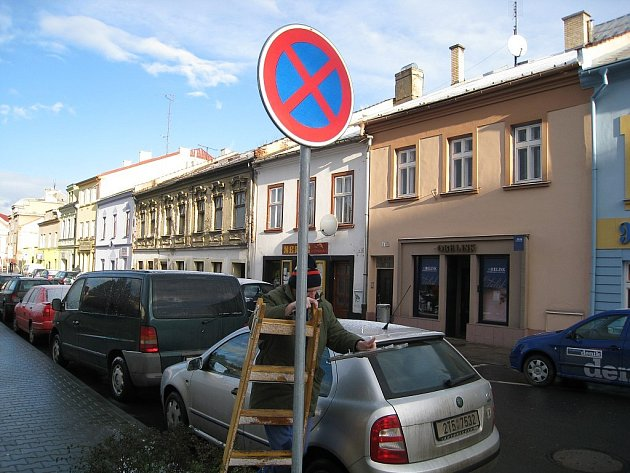 Změna dopravního značení v jednosměrné ulici Dolní brána v Novém Jičíně až do 15. března neumožňuje zaparkovat po levé straně komunikace.