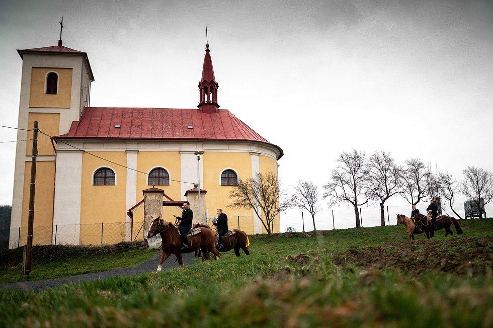 Jízda kolem osení v Lukavci u Fulneku, 4. dubna 2021.