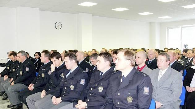 Titul Policista roku, medaile i ocenění za dobrou práci a spolupráci převzalo v budově Územního odbrou Policie ČR v Novém Jičíně několik desítek policistů, starostové i vedoucí dalších složek.