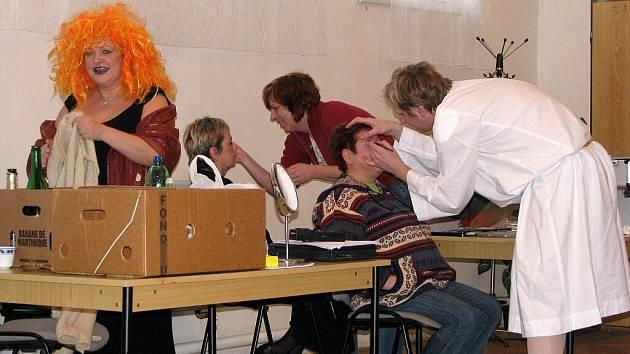 Amatérské ochotnické divadlo Podiv obnovilo ochotnickou tradici městysi Suchdol nad Odrou. Se svou autorskou hrou Dlouhá, Široká a Krátkozraká aneb jak (ne)sehnat chlapa ve 21. století zde vystupovali už podruhé.