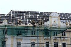 Bartošovický zámek. Ilustrační foto. Práce na opravě střechy.