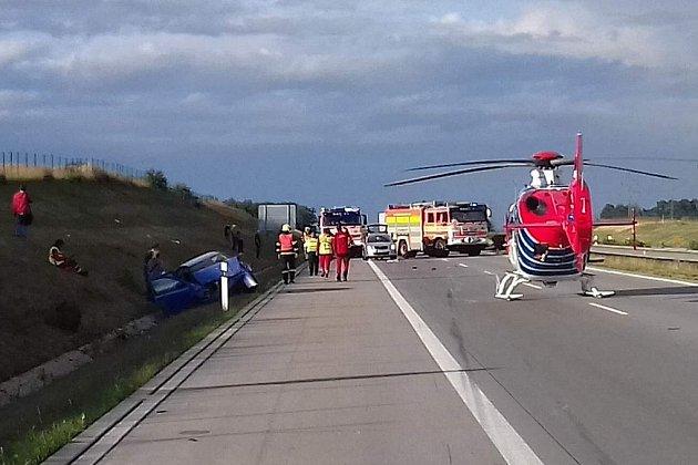 Zásah hasičů u nehody na dálnici D1 u Suchdolu nad Odrou.