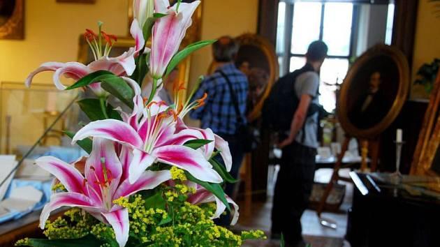 Kdo navštíví v těchto dnech krásné komnaty kunínského zámku, bude ho na prohlídce doprovázet krásná vůně růží. Aranžmá více než tisícovky živých květů patří k vrcholům návštěvnické sezony, která tradičně patří oblíbené slavnosti Růže pro paní hraběnku.