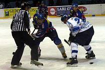 Hokejisté Nového Jičína (v tmavém) sehráli v minulé sezóně řadu vydařených zápasů.