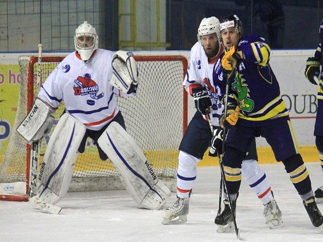 Čtyřiadvacetiletý zadák Jaroslav Tomeček (druhý zprava) se v Novém Jičíně snaží o restart kariéry.