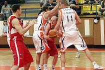 Basketbalisté Nového Jičína prohráli poprvé v letošní sezoně na domácí palubovce, když nestačili v nadstavbové skupině A1 Mattoni NBL na Pardubice.