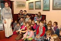 Děti malé spisovatelky zaujatě poslouchaly.