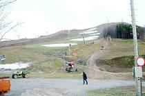 Počasí nepřálo provozovatelům lyžařských areálů ani v minulém roce.