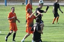 FULNEK nadále šlape a výraznou měrou k tomu přispívá i hrající trenér Michal Kovář (u míče), který nechyběl ani na exhibici z června loňského roku, ze které pochází tento snímek.