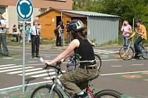 Na dopravním hřišti v Novém Jičíně si děti pod dohledem policistů a strážníků Městské policie mohly zábavnou soutěží vyzkoušet, jak je někdy jízda na kole nebezpečná.