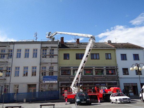 Zásah hasičů po řádění větru vBílovci.