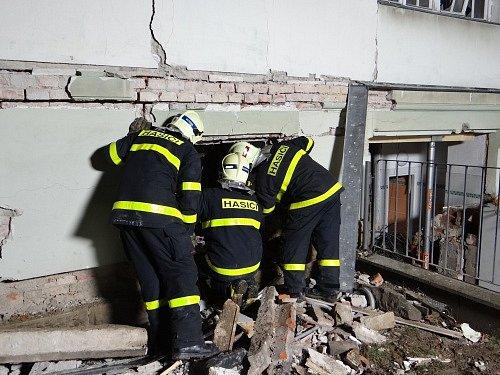 Šest jednotek profesionálních a dobrovolných hasičů zasahovalo v sobotu 10. ledna odpoledne u následků výbuchu v suterénu rozlehlé dvoupatrové vily v Šenově u Nového Jičína, jež se nachází nedaleko obchodního střediska.