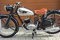 Černý notocykl ČZ 125 B byl po dědovi.
