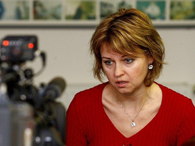 Beáta Houšťavová, která se svou rodinou zhruba před měsícem přežila výbuch panelového domu ve Frenštátě pod Radhoštěm, převzala šek na 33 333 korun. Ten jí věnovala Vysoká škola podnikání, kde žena studuje třetí ročník bakalářského studia.