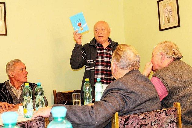 JEDEN Z AUTORŮ knihy, Václav Langer, na výroční schůzi obce legionářské.
