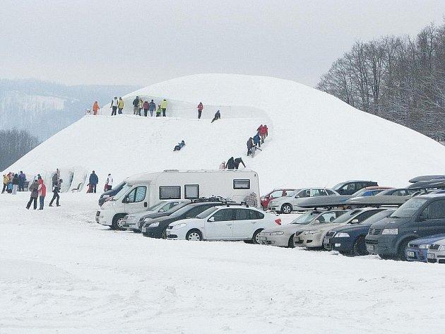 Nejen nadšenými příznivci zimních sportů, ale i naprostými nesportovci a spíše milovníky zábavy se to v Tošovickém HEIparku od pátečního odpoledne do nedělního večera jen hemžilo.