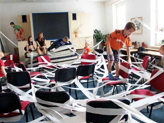 Kouzelný týden tráví ve třetím prázdninovém týdnu více než dvě desítky dětí ve frenštátském CVČ Astra. Mimo jiné vytvářely i prostředí plné pavoučích sítí.