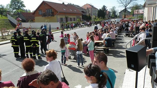 O druhém květnovém sváku otevřely Hladké Životice slavnostně nové Náměstíčko. Ukázali se také hasiči s opravenou avií, mažoretky, příchozí si pochutnali na obrovském frgálu se znakem obce a předvedly se děti s nacvičeným programem.