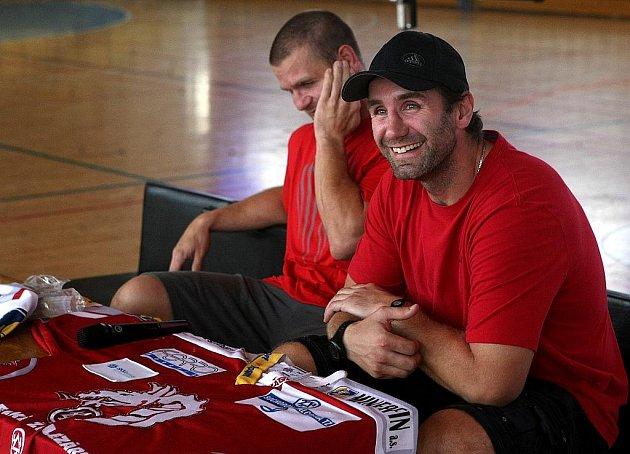 Setkání s mistry hokejové extraligy. Hráči Václav Varaďa a Radek Bonk se setkali s žáky základní školy Emila Zátopka v Kopřivnici.