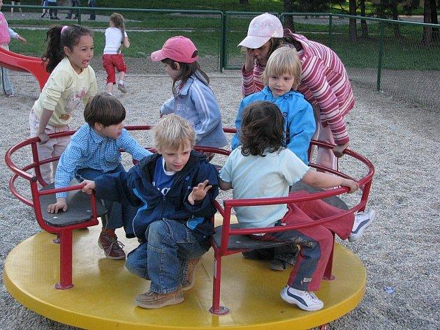 Nové kolotoče na prvním hřišti u ZŠ Alšova lákaly děti již od prvního dne. Nejinak tomu bude i na druhém hřišti.