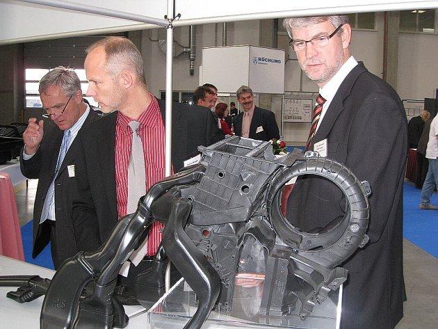Oficiální zahájení výroby včera oslavili v závodě Röchling Automotive Kopřivnice. Ten během osmi měsíců vyrostl v kopřivnické průmyslové zóně.