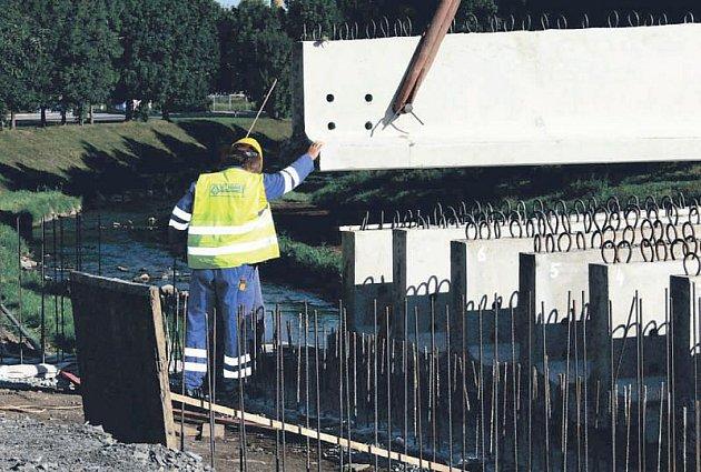 Přesně před rokem navezla těžká technika části mostu. Nový most v Šenově u Nového Jičína byl pak od října průjezdný.