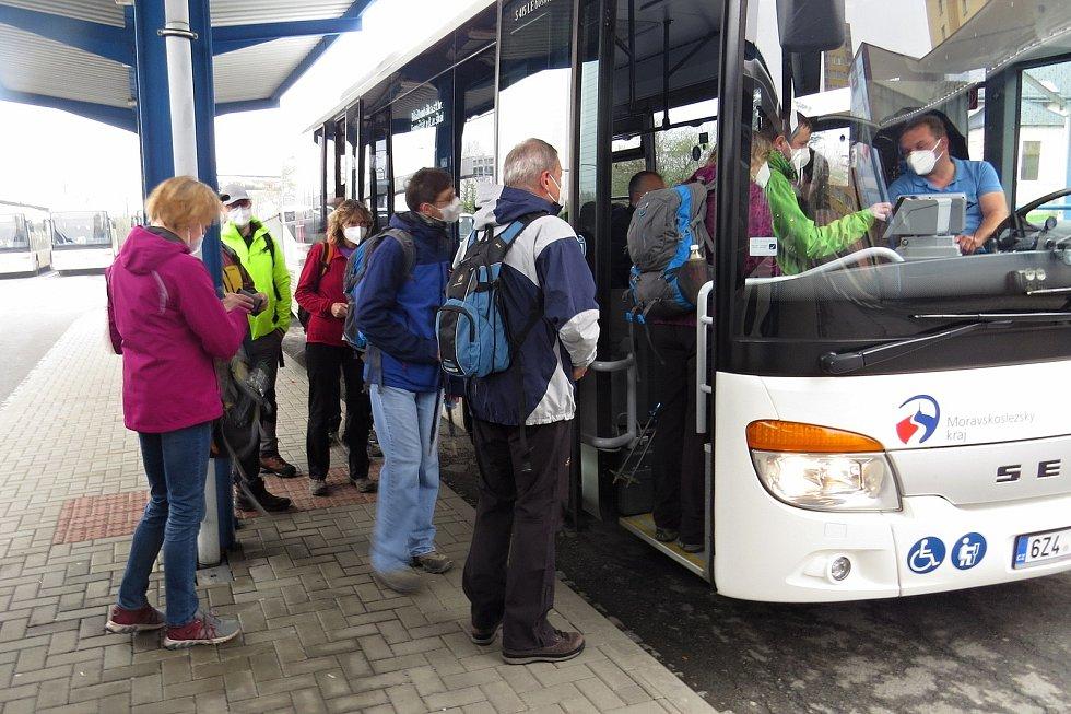 O cyklobus, který jel v sobotu 1. května 2021 dopoledne po trase Nový Jičín - Bílá, byl zájem. Většina cestujících mířila na Bumbálku.