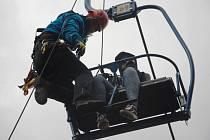 Kopřivničtí hasiči si vyzkoušeli zasah v podobě záchrany uvízlých studentů na lanovce.
