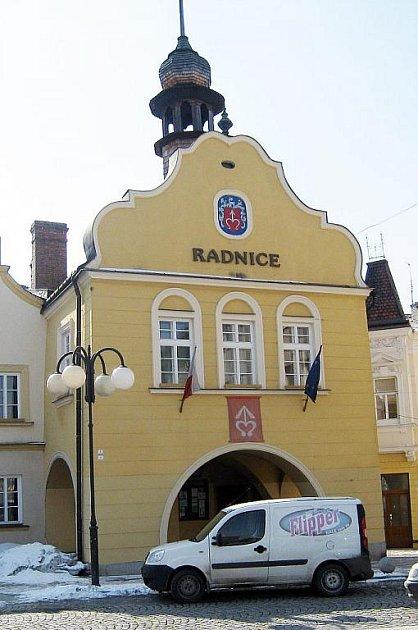 Radnice bez podloubí kolem roku 1910 a radnice nyní.