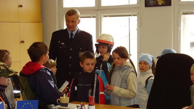 Vedoucí policejního obvodního oddělení v Bílovci Radim Daněk seznamuje děti s prací policistů a jejich prostředím.