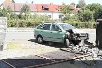 V plotě domu skončila opilá osmnáctiletá řidička se svým vozidlem.