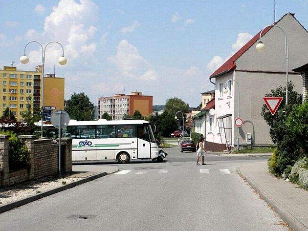 Srážka linkového autobusu a motorkáře ve středu 21. července si vyžádala jedno lehčí zranění.