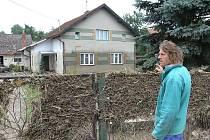 Jiří Fusek ukazuje na dům, kde prožil obrovskou tragedii. V domě utonuli jeho dva bratři při pokusu o záchranu matky.