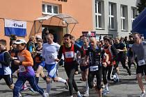 Veřovický Orel pořádal o víkendu desátý ročník silničního běhu Veřovická desítka. Hlavního závodu se zúčastnilo 88 běžců a běžkyň.