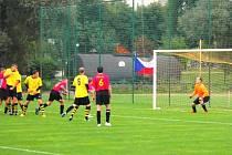 První gól utkání. Míč po přímém kopu Jana Goláně skončí za pár okamžiků v síti Petra Krayzela.