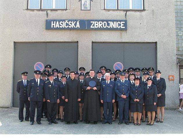 Členové SDH Tísek před hasičskou zbrojnicí při příležitosti mše za zemřelé hasiče.