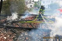 Oheň poškodil stavení.