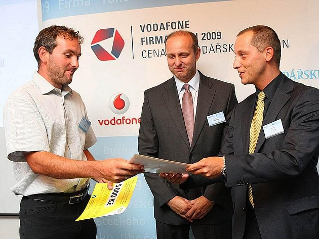 Adam Haitl z Bernartic nad Odrou při přebírání ocenění pro vítěze krajského kola v soutěži Živnostník roku.