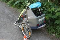 Žena, která jela na kole s vozíkem pro dítě, havarovala při sjezdu z kopce v části zvané Papratná, v katastru obce Frenštát pod Radhoštěm. V pravotočivé zatáčce dostala smyk a s kolem upadla.