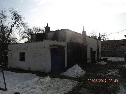 Čtyři jednotky hasičů zasahovaly vnoci na pondělí vPříboře upožáru garáže, dílny a zaparkovaného osobního auta Opel.