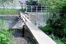 Lávka přes Husí potok ve Fulneku, kterou někdo postavil načerno.