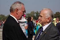 Během Dnů NATO na mošnovském letišti předal předseda Senátu Přemysl Sobotka pamětní medaili Milanu Píkovi, synovi popraveného generála Heliodora Píky.