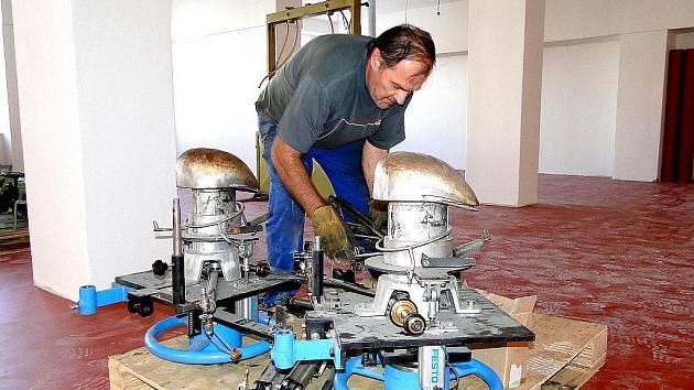 Stěhování kloboučnického stroje z továrny Tonak do návštěvnického centra.