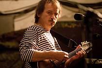 Na nové koncertní scéně v novojičínském kině zahraje jako první folkař Vlasta Redl.