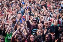 Lidé na koncertě.