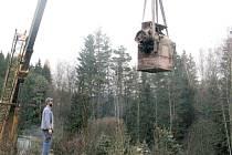 Transport válcové mlecí stolice do mlýna musel provést jeřáb.