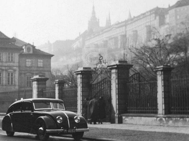 Nečekaný objev se podařil Regionálnímu muzeu v Kopřivnici. Tamní kurátoři vypátrali artefakt, který spojil současnou výstavu panoramat známého fotografa Josefa Sudka ve městě s tamní automobilkou Tatra.