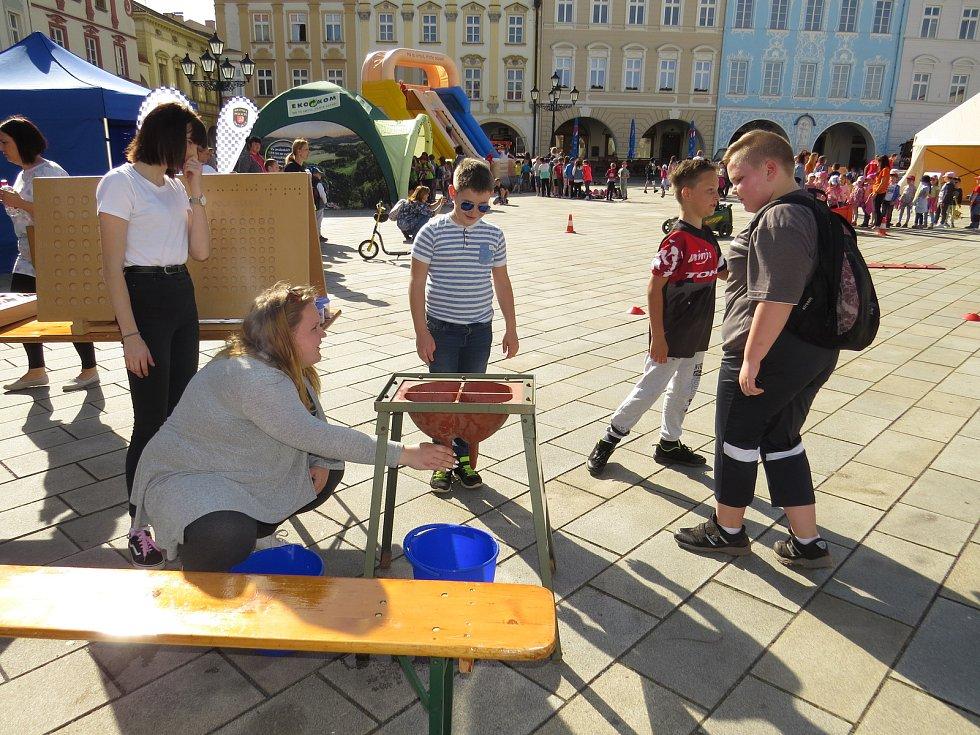 Stovky dětí zavítaly v pátek 26. dubna na Masarykovo náměstí a do parku k Žerotínskému zámku v Novém Jičíně k oslavám Dne Země.
